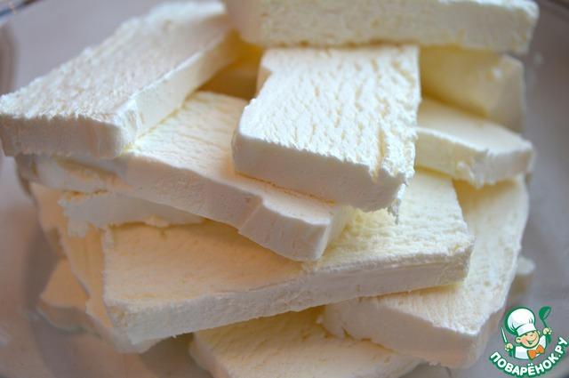 Мороженое разминаем вилкой, старайтесь чтобы оно сильно не растаяло, оставалось густым