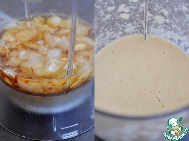 Обжарить крупно нарезанный лук и чеснок до золотистого цвета, добавить стакан яблочного сока. Пробить до однородного состояния, добавить в соус. Варить еще 30 минут.    Яблоко содержит натуральный пектин, он поможет загустить соус.