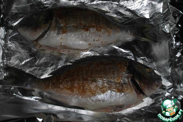 4. Пока обжариваем рыбу, разогреваем духовку до 180 градусов. Застилаем противень фольгой, выкладываем на него рыбку и убираем в духовку на 10 минут.