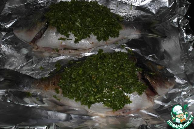 6. Достаем рыбу, выкладываем сверху сальса верде и убираем еще на 10 минут в духовку.