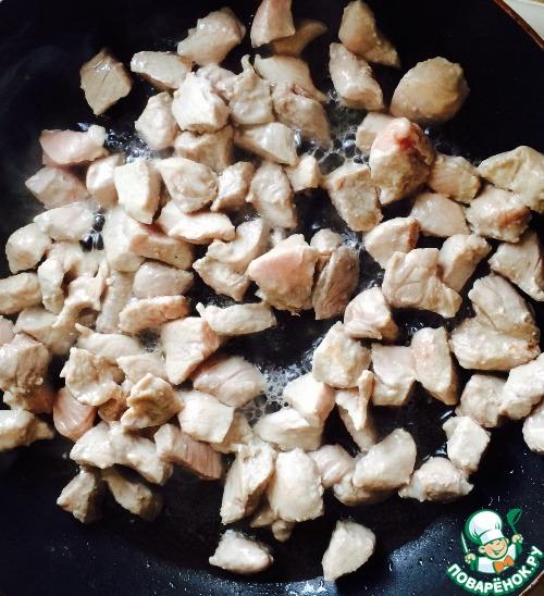 Хорошо нагреваем сковородку. Добавляем растительное масло + кусочек сливочного. Ждем, когда сливочное масло даст пузыри, и выкладываем в масло мясо, обжаривая его на сильном огне минуты 2, чтобы появилась золотистая корочка. Благодаря этому весь сок останется внутри каждого кусочка.