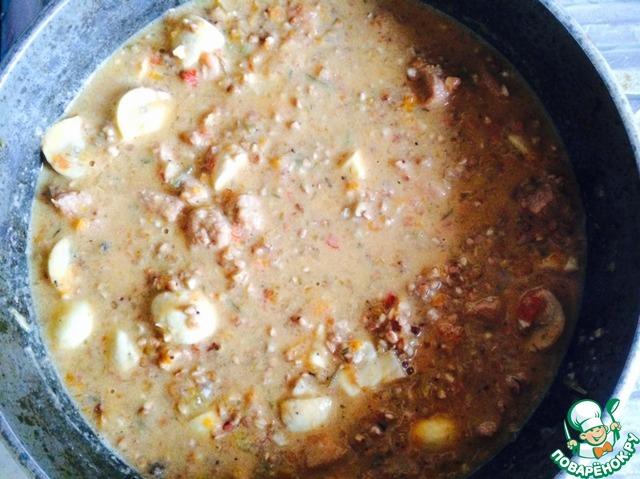 Гречневую крупу я предварительно (пока мясо тушилось) перебираю от черных штук, заливаю кипятком на 1 минуту и затем сливаю воду. Как раз лишняя грязь уйдет. Затем я немного солю гречку: соус у нас хоть и посоленный соевым соусом, но этого, на мой вкус, недостаточно.    В чистую гречку (воды в ней не должно быть!) я вливаю наш соус с мясом и грибами, хорошенько размешиваю. Ставлю на максимальный огонь, довожу до кипения и выключаю огонь. Накрываю гречку крышкой, укутываю полотенцем и даю настояться минут 30. За это время гречка дойдет, пропитавшись мясным соусом. Поэтому не нужно добавлять воду дополнительно!