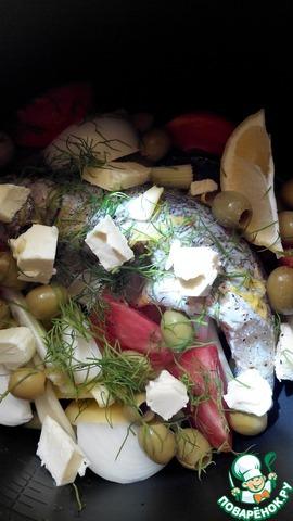 """Овощи чистим.   На дно чаши мультиварки укладываем картофель, нарезанный на четвертинки, затем щуку с маринадом, затем крупно нарезанные сельдерей, лук, помидор, целый перчик чили, дольку лимона, оливки (оставьте штучки 3), мелко рубленный укроп. Слегка солим и равномерно распределяем 30 гр сливочного масла, нарезанного кусочками.     Устанавливаем программу """"Тушение"""" на 30 минут."""