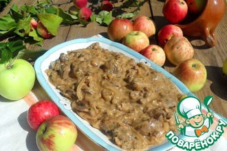 Печень по-берлински с яблоками и луком в сливках