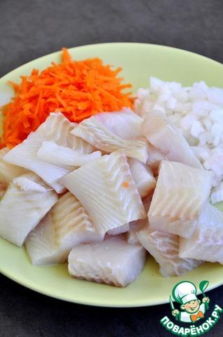 Овощи помыть, почистить. Лук мелко нарезать, морковь натереть на терке. Рыбу нарезать на небольшие куски.