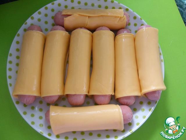 Обернуть каждую сосиску сыром - сложить на тарелку