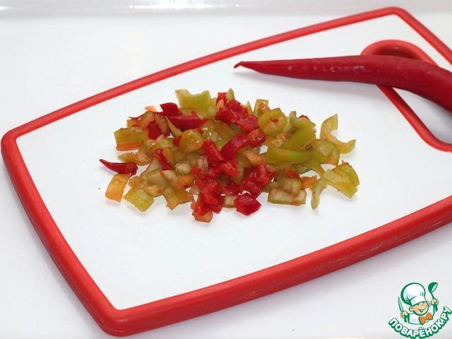Подготовим овощи: очистим и мелко нарежем острый перец,