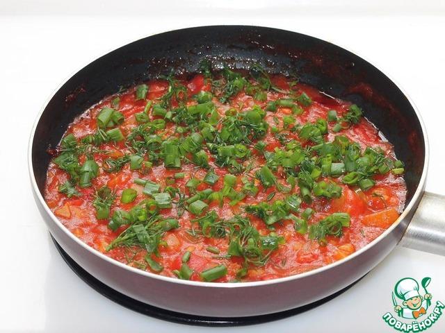 затем помидоры и вливаем 0, 5 стак. томатного сока, солим и тушим на тихом огне до мягкости помидора.    Снимаем готовый соус с плиты, даем остыть и добавляем мелко порезанную кинзу и зеленый лук. Подаем соус к любым мясным блюдам.