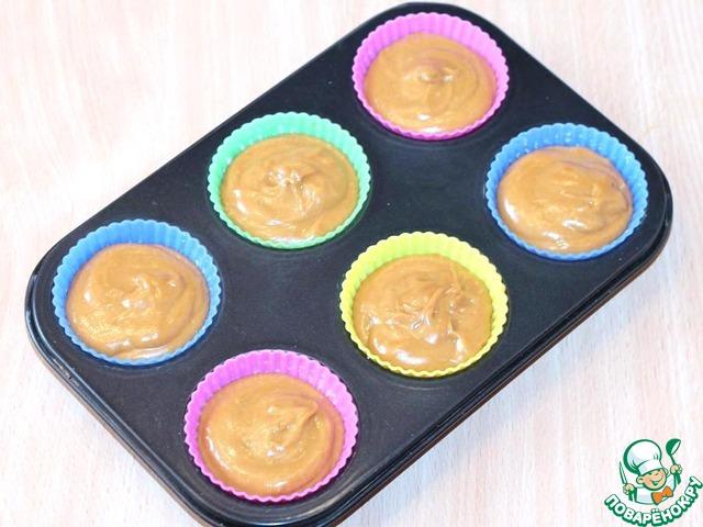 Разложить тесто по формочкам (у меня силиконовые). Для равномерной раскладки теста лучше всего воспользоваться чайной ложкой. Выпекать кексы при 180°С приблизительно 20-30 минут. Проверяйте деревянной зубочисткой.