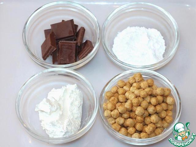 Пока остывают кексы, приготовим крем и декор. Для этого нам понадобится нежный творог, сахарная пудра, шоколад, сухой завтрак-шарики.