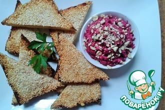 Креветочные тосты с кунжутом и свекольным салатом