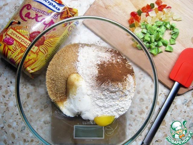 Сразу предупрежу, что это количество ингредиентов на небольшой пирог. У меня была форма диаметром 15 см и глубиной 5 см.   А так процесс приготовления до безумия прост: тщательно смешайте все ингредиенты, кроме цукат.