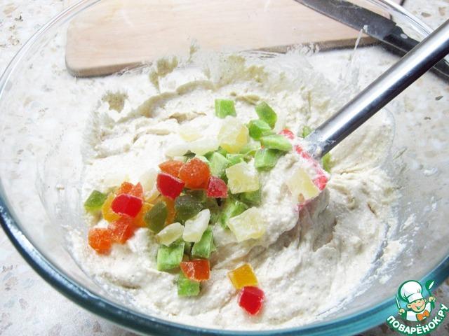 Как только масса станет однородной - введите цукаты.   Смажьте форму маслом, уложите в неё получившееся тесто и отправьте в духовку на 1 час при 180 градусах (зависит от вашей духовки).