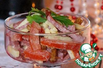 """Салат из сыра и полукопченой колбасы """"Хрустящий"""""""