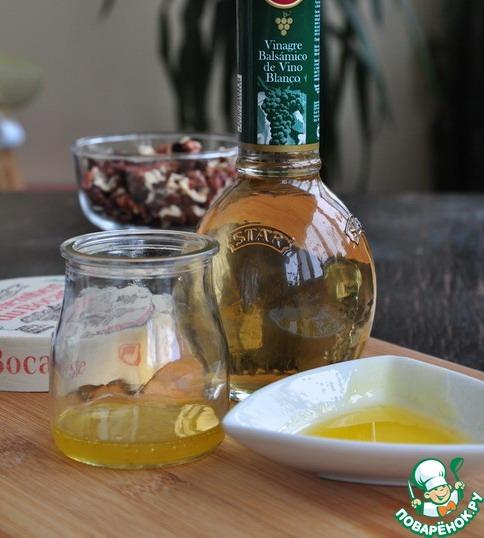 Смешать оливковое масло, белый бальзамик (или немного лимонного сока) и мед, поперчить.    Полить этим соусом сыр, запечь в предварительно разогретой до 200*С без конвекции (!) духовке 10-15 минут.     Рекомендую увеличить количество ингредиентов для соуса в два-три раза :).