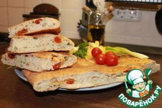 Домашний хлеб с оливковым маслом, зеленью и помидорами