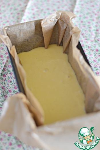 Подготовить форму для выпечки. Можно брать круглую (диаметр - около 24 см), а можно прямоугольную (размер - около 10 на 25 см). В первом случае пирог будет ниже, чем во втором.   Застелить бумагой для выпечки, вылить половину теста.        Печь в разогретой духовке при 180 град. около 15-20 минут, верх теста должен слегка схватиться и слегка зарумяниться.