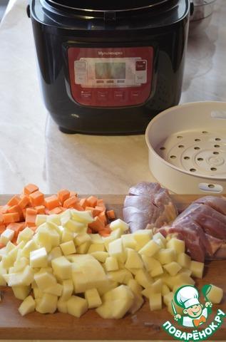 Почистить картофель и морковь.