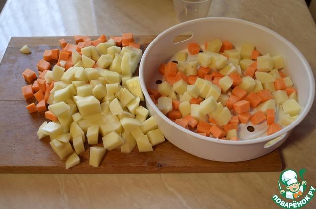 Выложить в форму пароварки картофель и морковь. Мясо индейки выложить на дно мультиварки и залить водой так, чтоб вода практически покрыла мясо, посолить по вкусу.