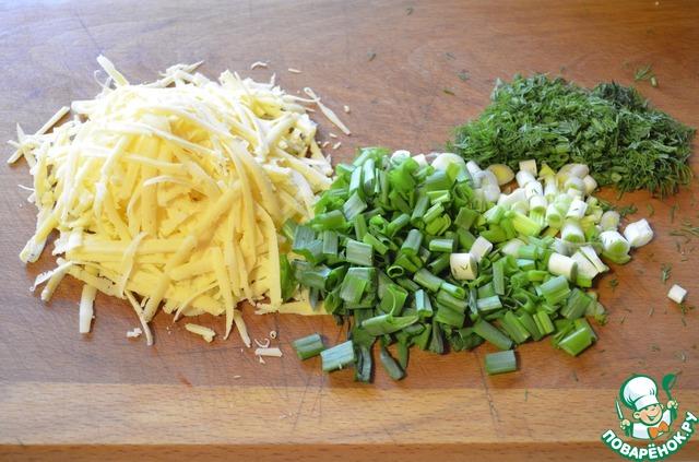 Трем на крупной терке сыр, нарезаем зелень