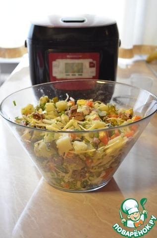 Открываем банку с горошком и перемешиваем все ингредиенты, получился большой «тазик» Оливье. Обратите внимание, что при помощи одного бытового предмета - мультиварки мы за 40 минут отварили мясо, картофель и морковь. И никакой лишней посуды, которую опять придется мыть, у Вас не будет на кухне.