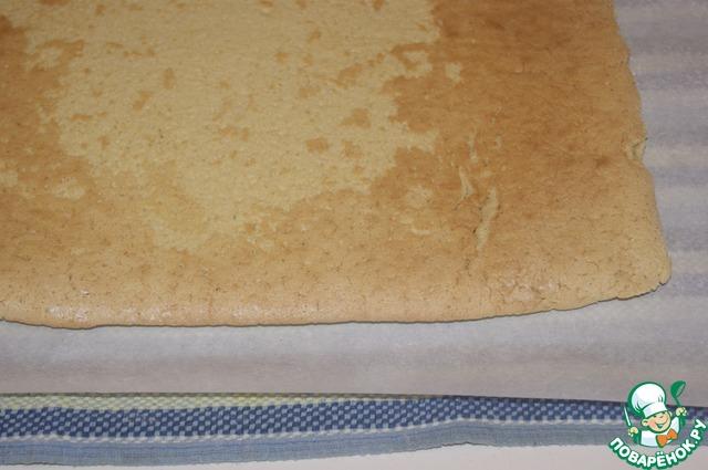 Готовый бискит перевернуть на чистый лист пекарской бумаги, слегка присыпанный сахарной пудрой, и аккуратно снять лист, на котором он выпекался.
