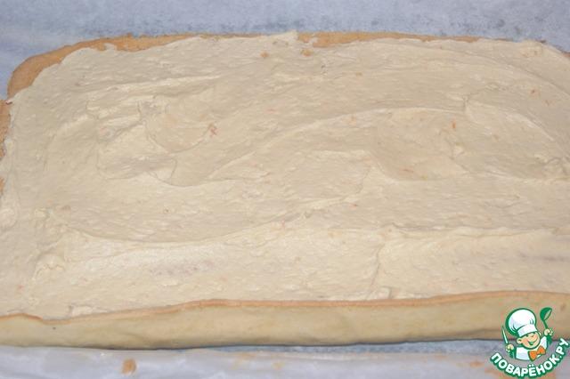 Аккуратно развернуть бисквит и нанести на него крем. Свернуть уже без бумаги и полотенца.