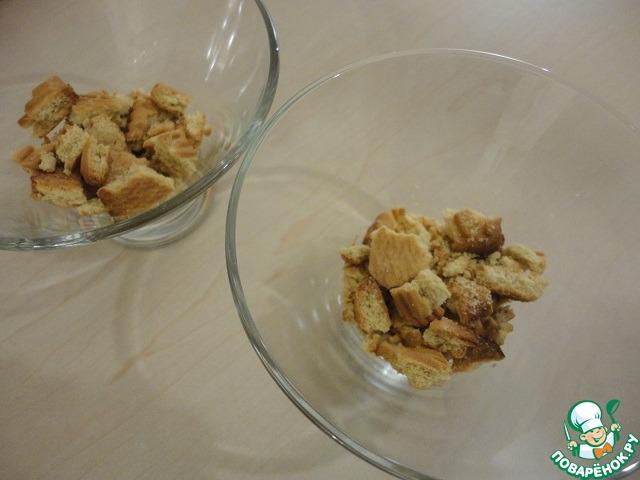 В формочки выложить слоями раскрошенное печенье.