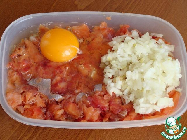 И жалко мне было ее через мясорубку крутить (да и что тут крутить-то), нарезала ее мелко, добавила мелко нашинкованную луковицу и яйцо. Соль, перец.    Фарш готов.