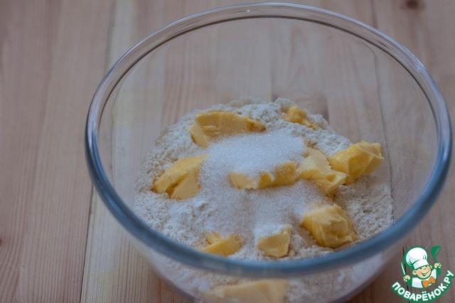 Для песочной основы просейте муку, нарежьте маленькими кубиками очень холодное сливочное масло и всыпьте мелкокристаллический сахар или пудру.         Теперь это надо превратить в мелкую крошку. Я для таких целей пользуюсь миксером с насадкой венчик.