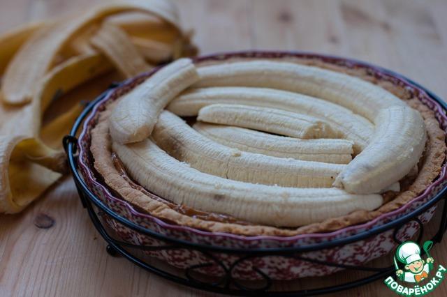"""Бананы разрежьте вдоль и попытайтесь втиснуть все 5 штук. У меня всегда получается положить на основу только 3 банана. Хотя, можно и в два слоя положить, если высота формы позволяет.    Бананы прекрасно вписываются в круглую форму основы, Даудинг даже шутил по этому поводу: """"Теперь вы понимаете, почему Бог создал бананы изогнутыми?""""))"""