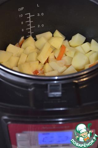 Выкладываем в чашу мультиварки картофель