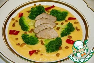 Гороховый крем-суп с утиной грудкой и брокколи
