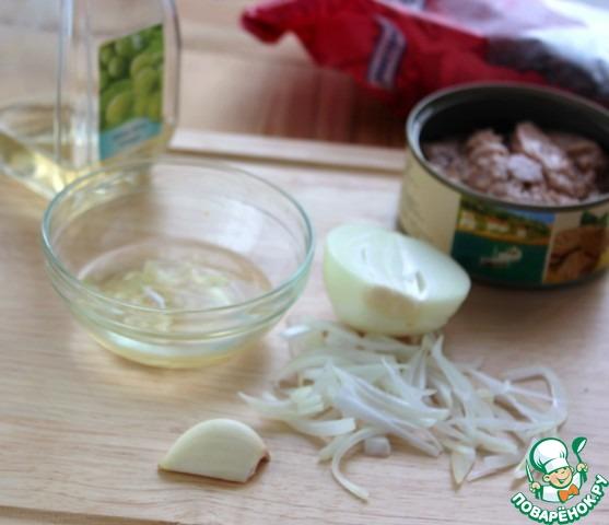 Осталось тонко нарезать лук, порвать руками листья зеленого салата и сделать заправку. С консервы слить 3 ст. л. масла, раздавить зубок чеснока и мелко порезать, добавить его в масло, налить 1-2 ст. л. винного уксуса, хорошо перемешать.    У меня вместо салата листья пекинской капусты.