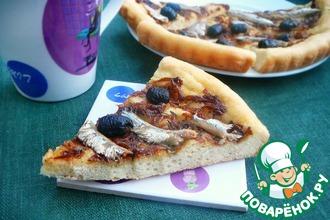 Закусочный пирог с луком, килькой и оливками
