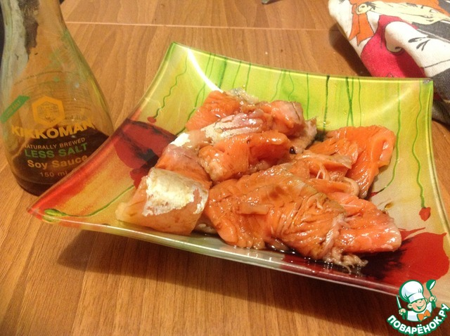 В посуду для маринования выливаем соевый соус и выкладываем рыбу, перемешиваем и оставляем на 30 мин