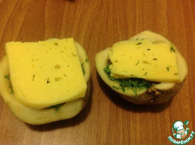 Сверху выложить кусочек сыра
