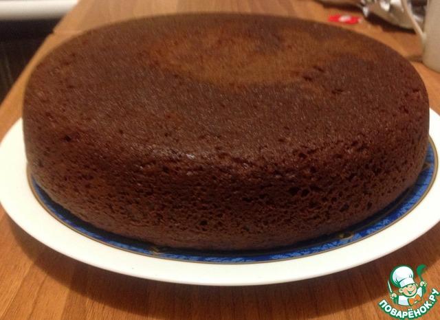 Чашу мультиварки смазываем растительным маслом, выкладываем тесто и на режиме ВЫПЕЧКА 50 мин при закрытой крышке отправляем наш пирог.   Вот результат    Украсить верх в оригинале надо так:    50 гр сливочного масла, 50 мл молока и плитку черного шоколада растопить на огне и полить им пирог. Тогда это получается двойное шоколадное удовольствие. У меня, честно, не было времени, гости уже сидели на кухне)), поэтому я украсила сахарной пудрой с корицей и кондитерским бисером.