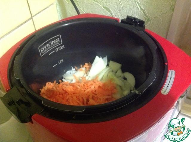 Лук режем полукольцами, морковь трем на крупной терке. Овощи выкладываем в чашу мультиварки с небольшим количеством оливкового масла, на режим ЖАРИТЬ 30 мин с открытой крышкой и время от времени помешиваем