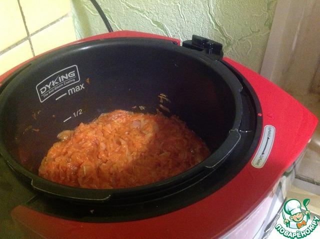 За 5 мин до готовности вливаем 150 мл воды, соль, сахар, уксус и томат. пасту, перемешиваем и жарим 5 мин
