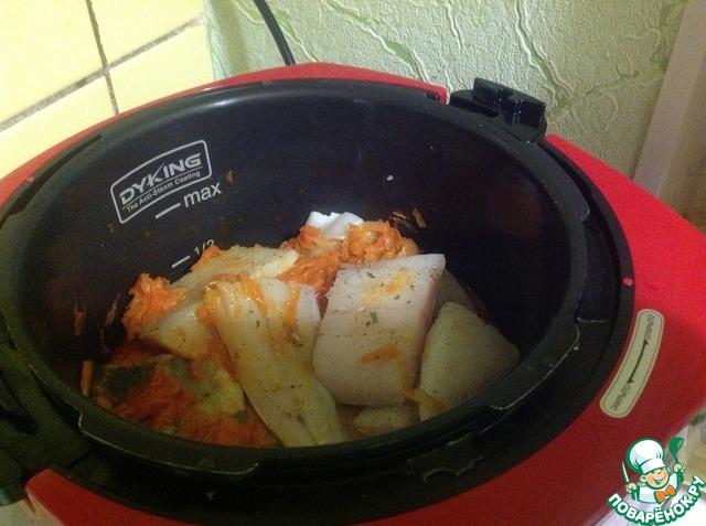 Рыбу выкладываем к овощам, слегка лопаткой перемешиваем, чтобы овощи были не только внизу, но и сверху на рыбке. Ставим режим ВЫПЕЧКА 20 мин при закрытой крышке