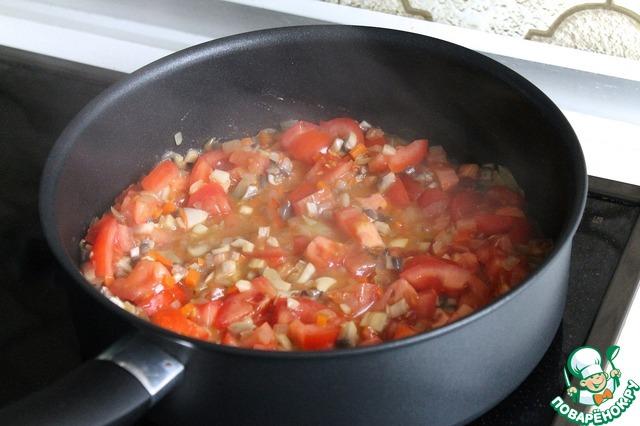 Добавляем томаты и тушим тоже минуты 2.