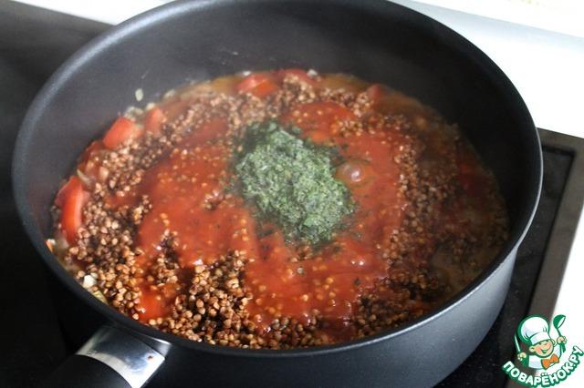 Завершающий этап: добавляем промытую гречку, пассерованные томаты, воду, зелень. Солим и перчим по вкусу, перемешиваем все. Накрываем крышкой, уменьшаем огонь (я варила дальше на троечке, максимум у меня 9) и варим/тушим около 20 минут. Т. к. плиты у всех разные, предлагаю все же посматривать за кашей.        ПРИМЕЧАНИЕ: вместо воды можно так же добавить куриный или овощной бульон - очень вкусно! Вода у меня лишь немного закрывала гречку (диаметр моей сковородокастрюли - 24см), это информация на всякий случай. И еще, я крупу сразу не взвешивала, но сделала это после приготовления, в одном стакане было чуть больше 200 грамм. Следовательно, всего в рецепте использовалось, грубо говоря, 330 гр. Если вы видите, что воды почти нет, а гречка сыровата, можно долить еще немножко воды.