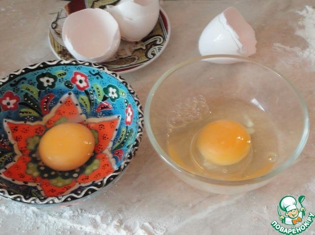 Пока выпекаются хачапури, советую разбить яйца в отдельные емкости. Так их потом легче будет вылить на наши лодочки.