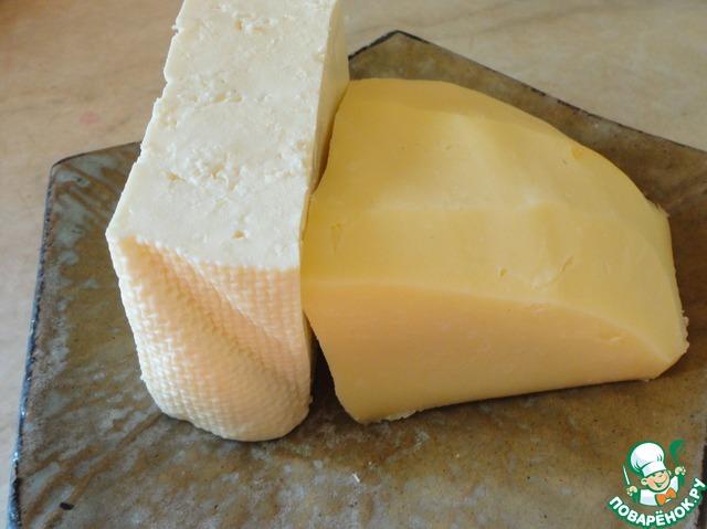 Теперь о сыре. Для хачапури обычно берут сулугуни. Это сыр очень хорошо плавится и тянется, но в хачапури по-аджарски важно, чтобы начинку возможно было подцепить кусочком хлеба, а просто расплавленный сулугуни будет стекать. Именно поэтому в начинку добавляем брынзу и ВАРЕНЫЕ яйца. Это еще один важный секретик, о котором далеко не все знают. Пропорции следующие: 1 часть сулугуни, 1 часть брынзы и 2 части - вареные яйца. Сулугуни даст тягучесть, брынза - форму (если можно так назвать), а яйца - нежность.