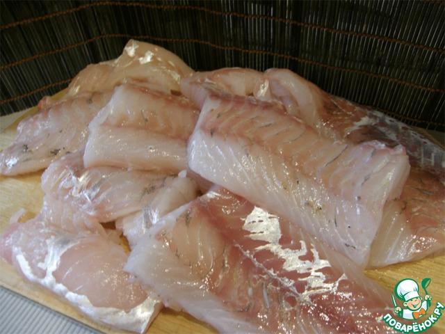 Рыбу порезать крупными кусками, достать крупные кости, маленькие можно не доставать - они растворятся сами в процессе маринада. Очень вкусно получается микс - рыба и кальмары. Только кальмары нужно брать мелкие: не больше 12 см длиной. Отдельно кальмары получаются так себе, а в миксе с рыбой, на мой вкус, лучше рыбы. Если добавляем кальмары, то сырые, предварительно не отваривая.
