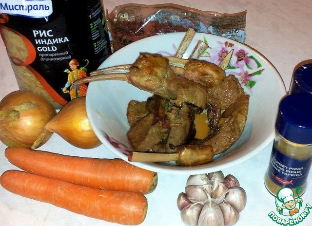 """Ингредиенты для плова - рис Мистраль """"Индика"""", барбарис, лук, морковь, головка чеснока, обжаренные рёбра, кумин и красный молотый перец."""