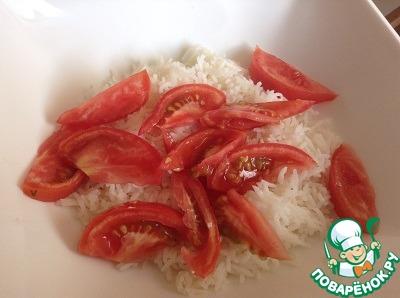 Кладем в миску рис, примерно стакан, сверху выкладываем остальные ингридиенты:   - помидор,