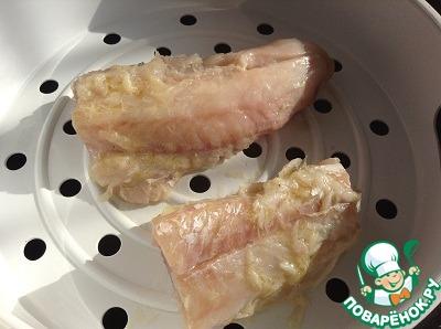 Берем рыбку, чистим, моем.   Для салата можно использовать любую белую рыбу – треску, хек, минтай, судак и др. У меня треска.      Отвариваем рыбку в воде.    Так как я рис варила в мультиварке, то я рыбку сварила на пару - поставила сверху над рисом чашу пароварки, рыбку посолила, поперчила, полила соком лимона и оливковым маслом и варила на пару 20 минут.