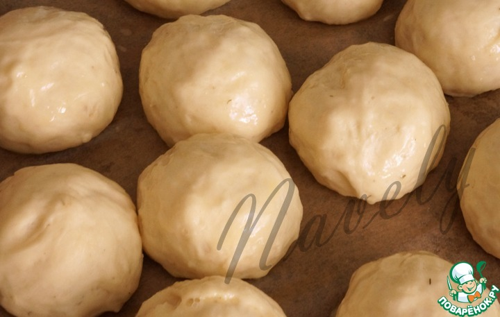 Тем временем подошло тесто, разделываем его на небольшие шарики, величиной с грецкий орех, даем им подойти минут 20, смазываем сверху яйцом и ставим в разогретую до 200 градусов духовку на 15-20 минут.